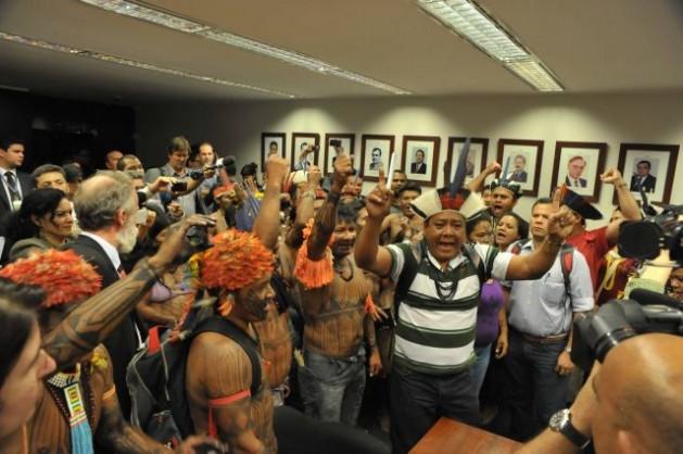indigenas1 Indígenas mundukuru protestam contra hidrelétricas no rio Tapajós