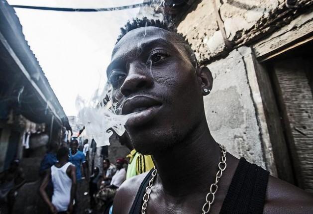 jovem  Acabemos com a guerra às drogas, pedem prêmios Nobel de Economia
