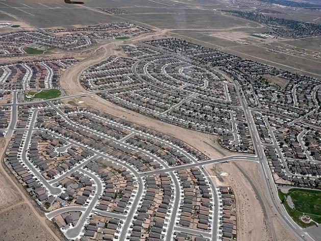Uma imagem típica da classe de subdivisões que caracterizam a expansão suburbana. Novo México, nos Estados Unidos. Foto: Riverrat303 - CC BY-SA 3.0 via Wikimedia Commons
