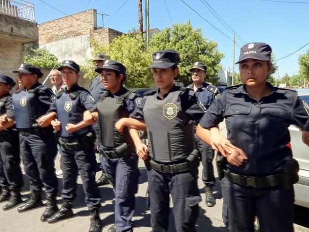 As mulheres já são uma presença comum nas atuações das diferentes forças policiais da Argentina, incluídas as de controle de manifestações, como esta linha de contenção de agentes femininas da Polícia da Província de Buenos Aires, durante uma concentração nas ruas de um subúrbio da capital. Foto: Fabiana Frayssinet/IPS