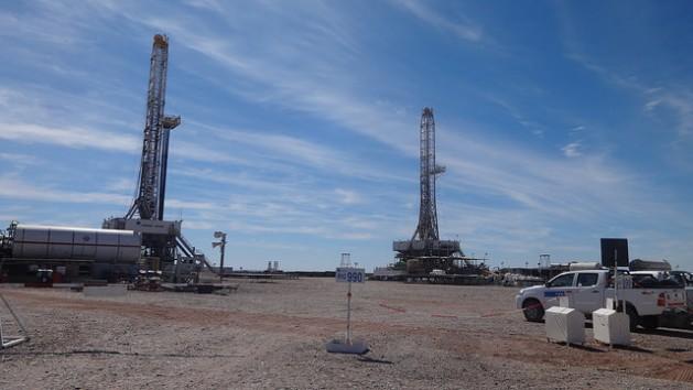 O acampamento de Loma Campana, onde a YPF e a Chevron produzem petróleo de xisto, em Vaca Muerta, no sudoeste da Argentina. A queda dos preços do petróleo não alterou, até agora, o caro desenvolvimento desse hidrocarbono não convencional. Foto: Fabiana Frayssinet/IPS