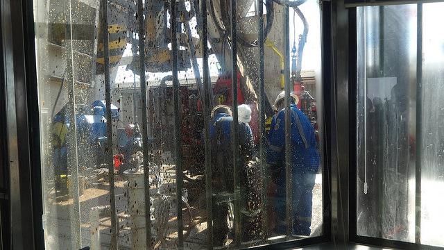 Técnicos da YPF trabalham na base de uma das torres de perfuração de petróleo de xisto na jazida de Loma Campana, em Vaca Muerta, na província de Neuquém, sudoeste da Argentina. Foto: Fabiana Frayssinet/IPS