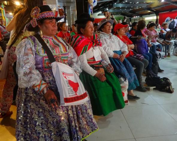 Um grupo de mulheres indígenas participa de um dos debates da V Assembleia Continental de Mulheres do Campo, dentro do VI Congresso da Coordenadoria Latino-Americana de Organizações do Campo - Via Camponesa, realizado na localidade argentina de Ezeiza, na Grande Buenos Aires. Foto: Fabiana Frayssinet/IPS