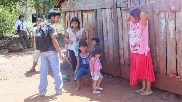 Uma avó e sua filha, uma jovem mãe, com outros membros de sua família, na aldeia indígena de Mby'a Guaraní Iboty Ocara, na província de Misiones, no nordeste argentino. A população indígena é uma das mais vulneráveis à mortalidade materna na América Latina. Foto: Fabiana Frayssinet